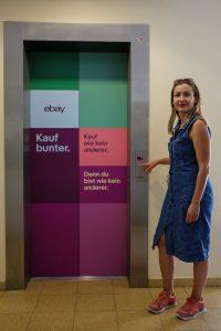 WELCOMESPY Anna Stella Bonin bei ebay in Berlin am Aufzug