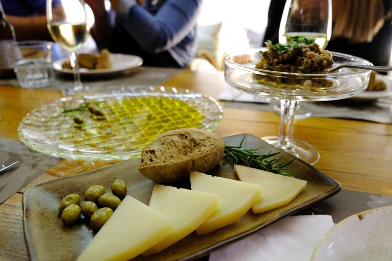 Kaese-Wein-Olivenoel